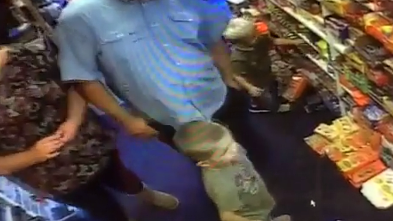 Family day out: Parents raid candy shop with help of 2 young kids (VIDEO)