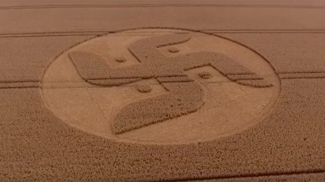 'Swastika crop circle' appears in British countryside (VIDEO)