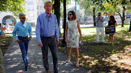 Libertarian presidential candidate Gary Johnson (L), vice presidential candidate Bill Weld (C), and Weld's wife Leslie arrive for a campaign rally in Boston, Massachusetts, U.S., August 27, 2016 © Brian Snyder