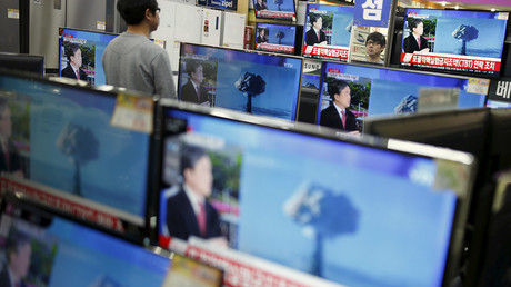 A sales assistant watches TV sets broadcasting a news report on North Korea's nuclear test, in Seoul, January 6, 2016. © Kim Hong-Ji