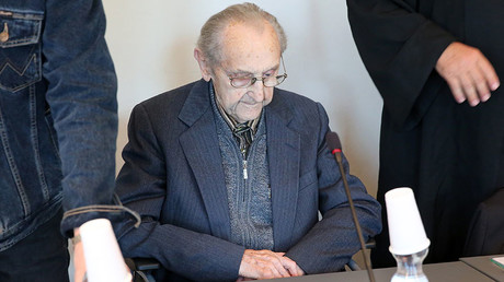 Former SS medic Hubert Zafke, 95, accused of aiding in 3,681 murders in Auschwitz in 1944, attends his trial on September 12, 2016 at the court in Neubrandenburg. © DPA