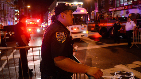 Onlookers stand behind a police cordon near the site of an explosion in the Chelsea neighborhood of Manhattan, New York, U.S. September 17, 2016 © Rashid Umar Abbasi