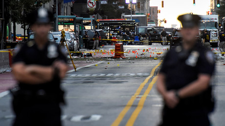 New York City Police Department (NYPD) officers stand near the site of an explosion in the Chelsea neighborhood of Manhattan, New York, U.S. September 18, 2016 © Rashid Umar Abbasi