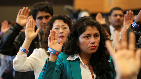New U.S. citizens take the Oath of Allegiance during an Independence Day naturalization ceremony held by U.S. Citizenship and Immigration Services for 503 people at Seattle Center in Seattle, Washington July 4, 2016. © David Ryder
