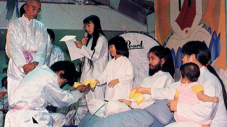 Shoko Asahara, founder and leader of the Japanese-based sect, Aum Shinri Kyo, with its members. File photo. © Sputnik