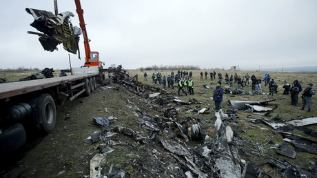 A crane carries wreckage of the Malaysia Airlines Boeing 777 plane (flight MH17) at the site of the plane crash near the settlement of Grabovo in the Donetsk region November 16, 2014. © Antonio Bronic