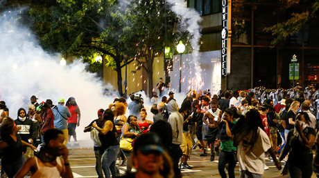 People run from flash-bang grenades in uptown Charlotte, NC during a protest of the police shooting of Keith Scott, in Charlotte, North Carolina, U.S. September 21, 2016 © Jason Miczek