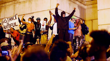 Protesters shout for the videos of the shooting from the steps of the police station during another night of protests over the police shooting of Keith Scott in Charlotte, North Carolina, U.S. September 22, 2016.© Mike Blake