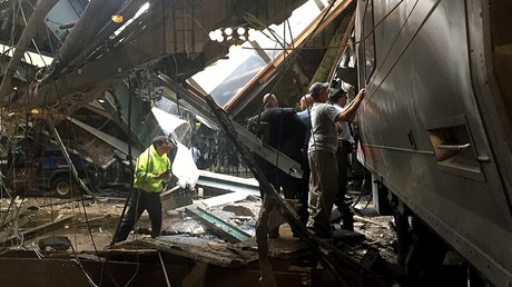 Train personel survey the NJ Transit train that crashed in to the platform at the Hoboken Terminal September 29, 2016 in Hoboken, New Jersey © Pancho Bernasconi