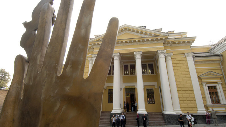 Man with gun & gas canister attempts to break into Moscow synagogue, wounds guard
