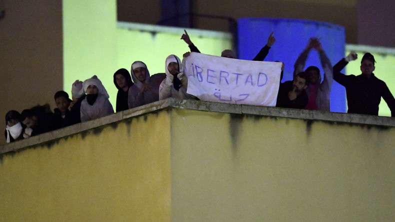 'Freedom!' Refugees stage rooftop protest at detention center in Madrid (PHOTOS, VIDEO)