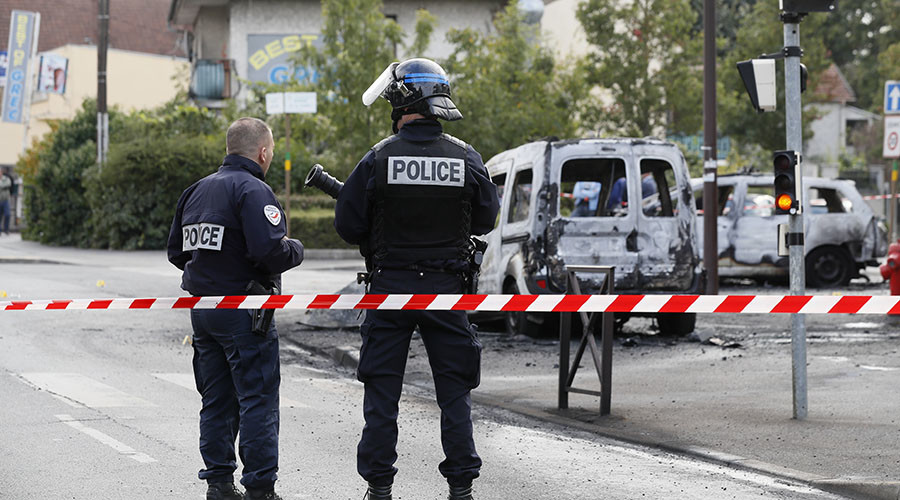 French Police say lawless 'no-go' areas exist, challenge PM Valls who says they don't