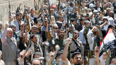 Armed people demonstrate outside the United Nations offices against Saudi-led air strikes on funeral hall in Sanaa, the capital of Yemen, October 9, 2016 © Khaled Abdullah