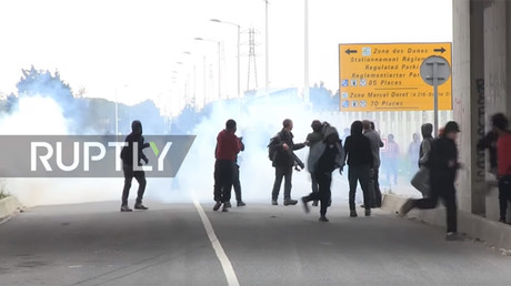 Calais police deploy tear gas to stop migrant motorway invasion (VIDEO)