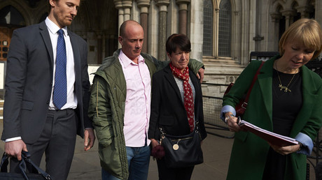 Tony Benton (2L), and his sister Tracy Lewis (2R), the siblings of Private Sean Benton, listen to a statement outside the Royal COurts of Justice, Britain's High Court, in central London on October 14, 2016 © Niklas Halle'n