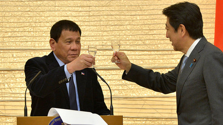 Philippines President Rodrigo Duterte (L) toasts with Japan Prime Minister Shinzo Abe during a banquet at Abe's official residence in Tokyo, Japan October 26, 2016 © David Mareuil