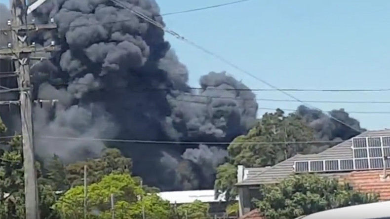 Massive wrecking yard fire releases toxic smoke, causes traffic chaos in Sydney (VIDEO)
