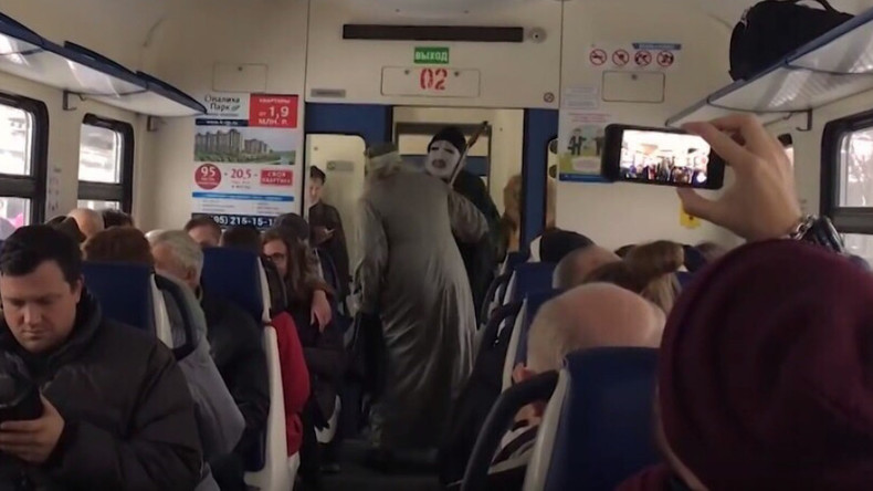 Voldemort & Dumbledore clash on local Russian train (VIDEO)