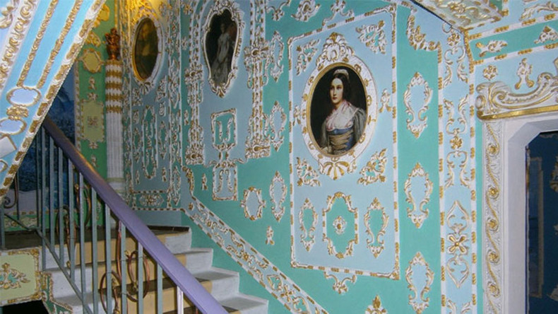 Pensioner turns Kiev apartment building into Versailles (PHOTOS)