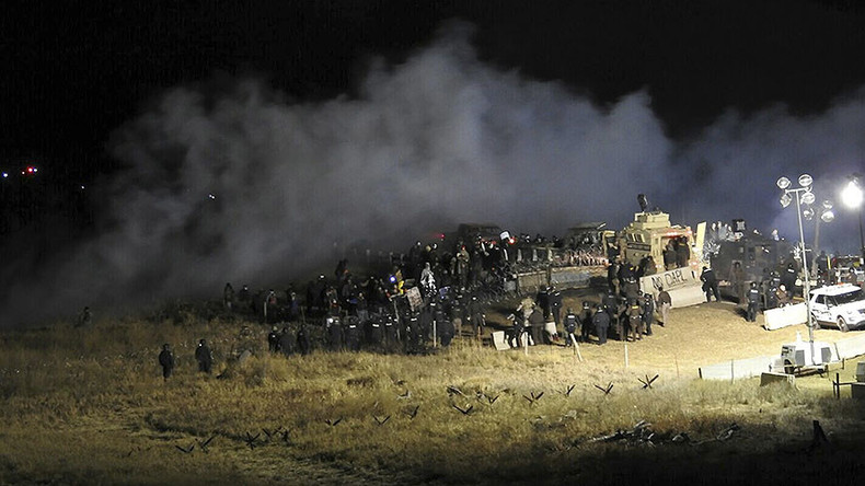 400 DAPL protesters 'trapped on bridge' as police fire tear gas, water cannon (VIDEO)