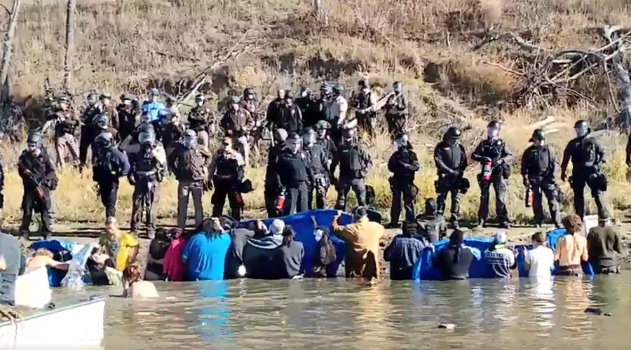 Police shoot rubber bullets at Dakota Access Pipeline protesters