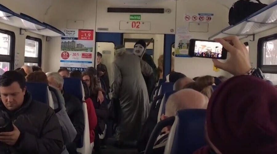 Voldemort & Dumbledore clash on local Russian train (VIDEO)