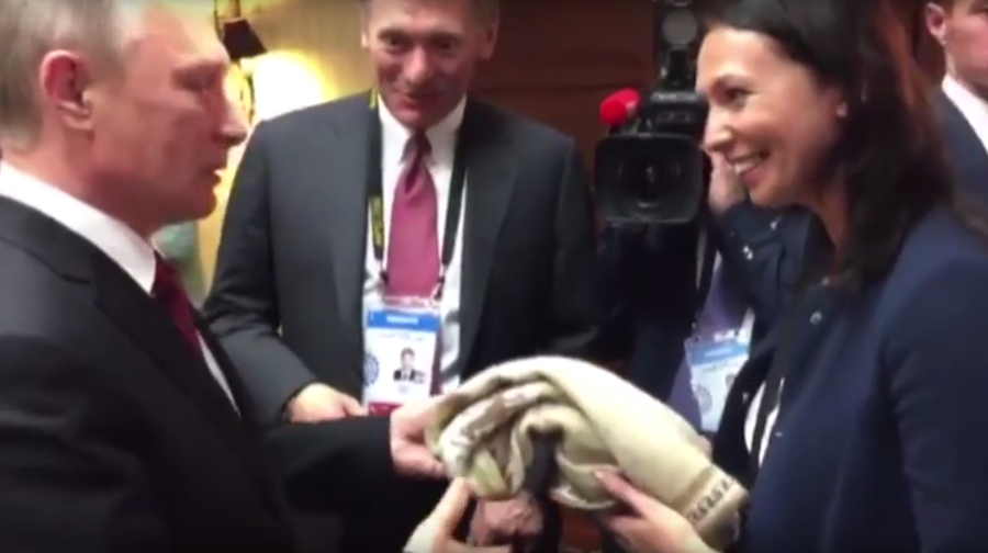 Putin gets surprise gift & jokes about Swiss 'honorary escort' for Russian press in Peru (VIDEO)