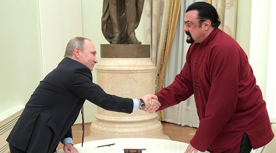 Putin presents Russian passport to actor Steven Seagal (VIDEO)