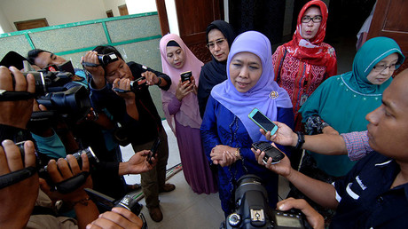 Indonesian social affairs minister Khofifah Indar Parawansa (C) talks to reporters at Al-Amien Islamic boarding school in Sumenep, Indonesia, October 30, 2016. © Antara Foto / Saiful Bahri