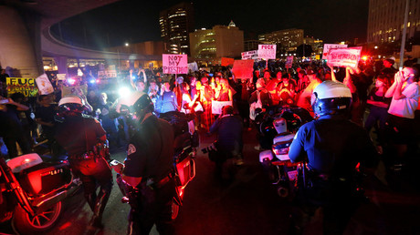 Police are surrounded by demonstrators who took over the Hollywood 101 Freeway just north of Los Angeles City Hall in protest to the election of Republican Donald Trump as President of the United States in Los Angeles, California, U.S. November 9, 2016 © Mario Anzuoni