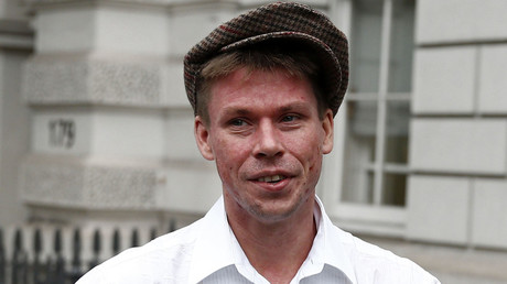 Lauri Love poses for media as he arrives for his extradition hearing at Westminster Magistrates' Court in London, Britain September 16, 2016. © Peter Nicholls