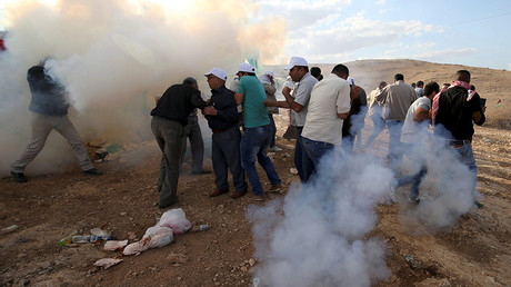 Palestinian demonstrators react to tear gas fired by Israeli troops during a protest against Jewish settlements in Jordan Valley near the West Bank city of Jericho November 17, 2016 © Mohamad Torokman