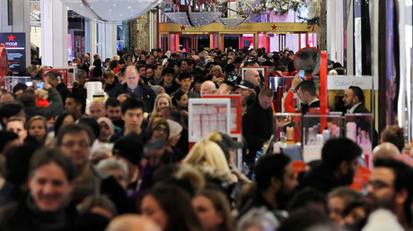 People walk through Macy's Herald Square store during early opening for Black Friday sales in Manhattan, New York, U.S., November 24, 2016 © Andrew Kelly
