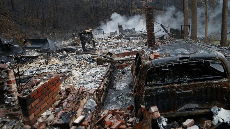 10 dead in Tennessee wildfires, Dolly Parton assists aid efforts
