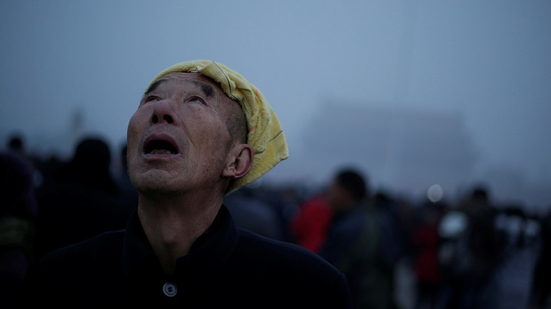 Sinister smog engulfs Beijing, netizens imagine alien invasion (PHOTOS)