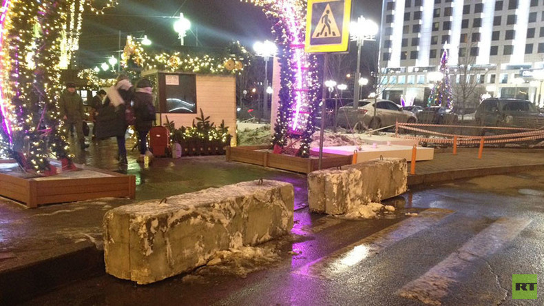 Concrete barriers placed outside crowded places in Moscow for holiday season (PHOTOS)