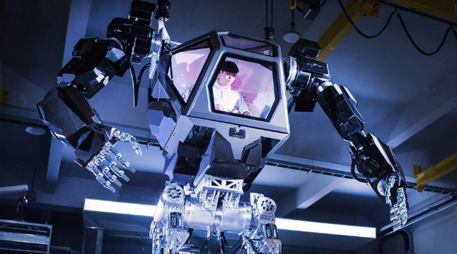 4-meter tall manned robot learns to walk and move hands (VIDEO)