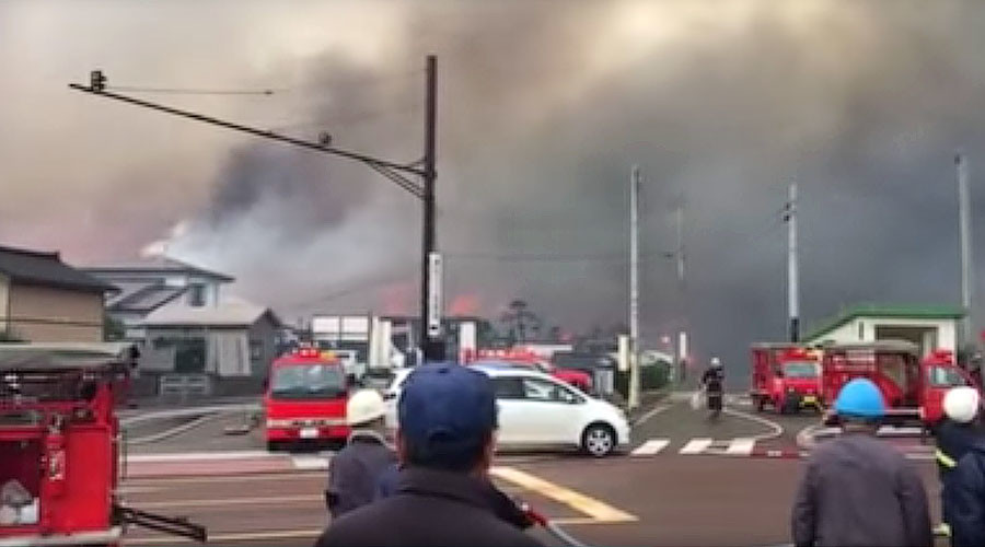 Huge fire whipped up by strong winds engulfs 140 buildings in Japan (VIDEOS)