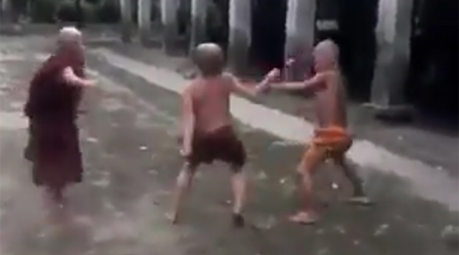 Buddhist-style fight club: Child monks hold bare-knuckle boxing match in Thailand (VIDEO)