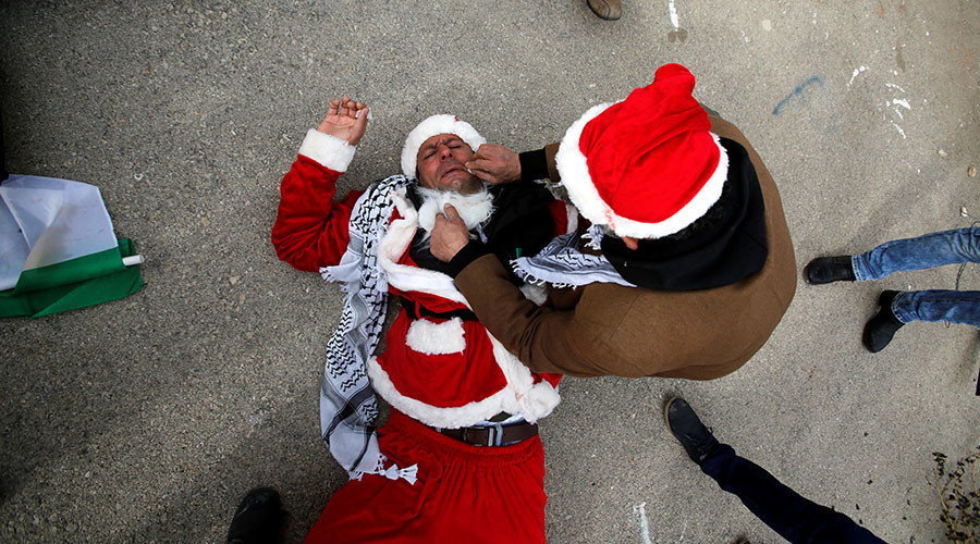 'Santa stands with Palestinians!' Red-suited protesters clash with Israeli police (VIDEOS)