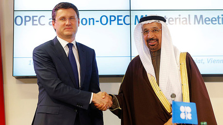 Russia's Energy Minister Alexander Novak (L) and Saudi Arabia's Energy Minister Khalid al-Falih shake hands after a news conference following a meeting of the Organization of the Petroleum Exporting Countries (OPEC) in Vienna, Austria, December 10, 2016. © Heinz-Peter Bader