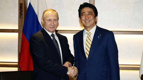 Russian President Vladimir Putin shakes hands with Japanese Prime Minister Shinzo Abe during their meeting in Nagato, Japan, December 15, 2016. © Alexander Zemlianichenko