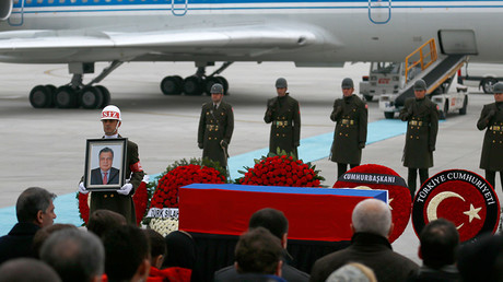 Flag-wrapped coffin of late Russian Ambassador to Turkey Andrei Karlov is carried to a plane during a ceremony at Esenboga airport in Ankara, Turkey, December 20, 2016 © Umit Bektas