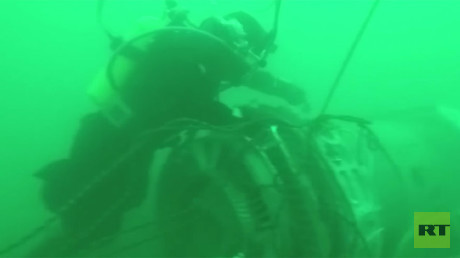 Underwater footage shows divers recovering wreckage of crashed Tu-154 from seabed (VIDEO)