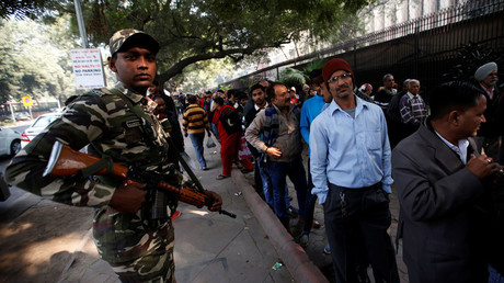 People queue outside the Reserve Bank of India (RBI) to exchange their old high denomination bank notes as a security personnel stands guard, in New Delhi, India, December 30, 2016. © Adnan Abidi