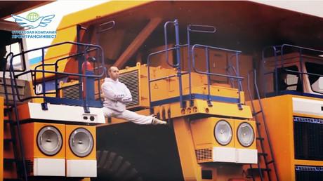 Belarusian copies Van Damme's epic splits on huge haul trucks (VIDEO)