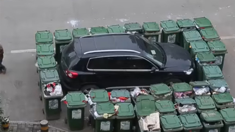 Trash revenge: Chinese garbage man blocks wrongly parked car with 40 bins (VIDEO)