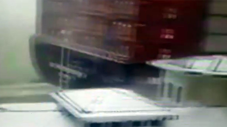 Giant cargo ship's seriously close call in snowy Istanbul (VIDEO)
