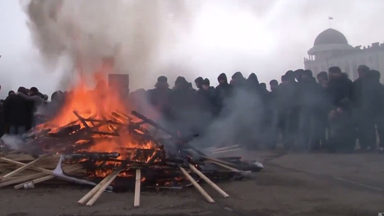 Chechens burn photos of ISIS chief Baghdadi in capital Grozny to denounce terrorist group