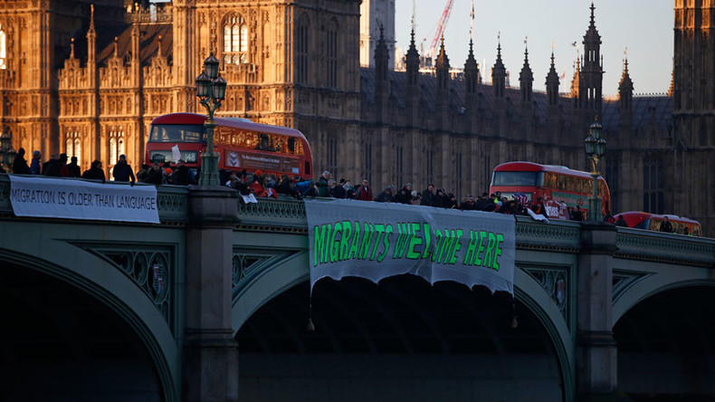 Anti-Trump protesters drop banners from London bridges (VIDEO)